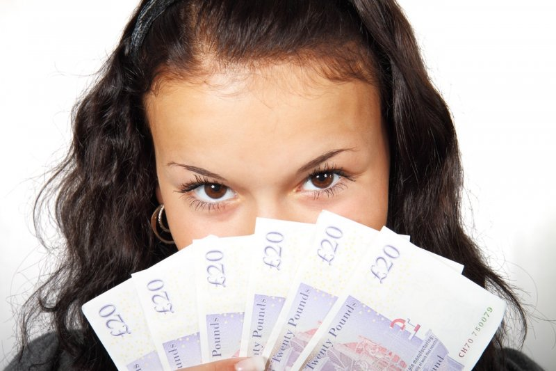 mujer joven dinero