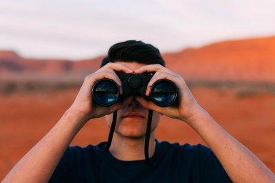 hombre con binocular futuro
