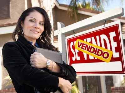 vendedor-photodune-298206-female-hispanic-real-estate-agent