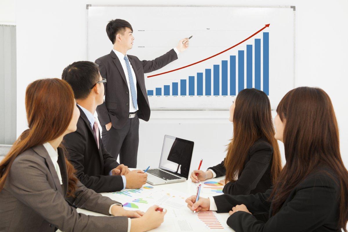 ventas professional business man showing a market